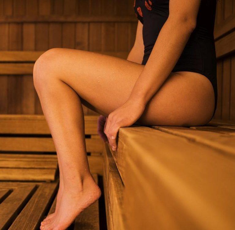 saunowanie w stroju kąpielowym