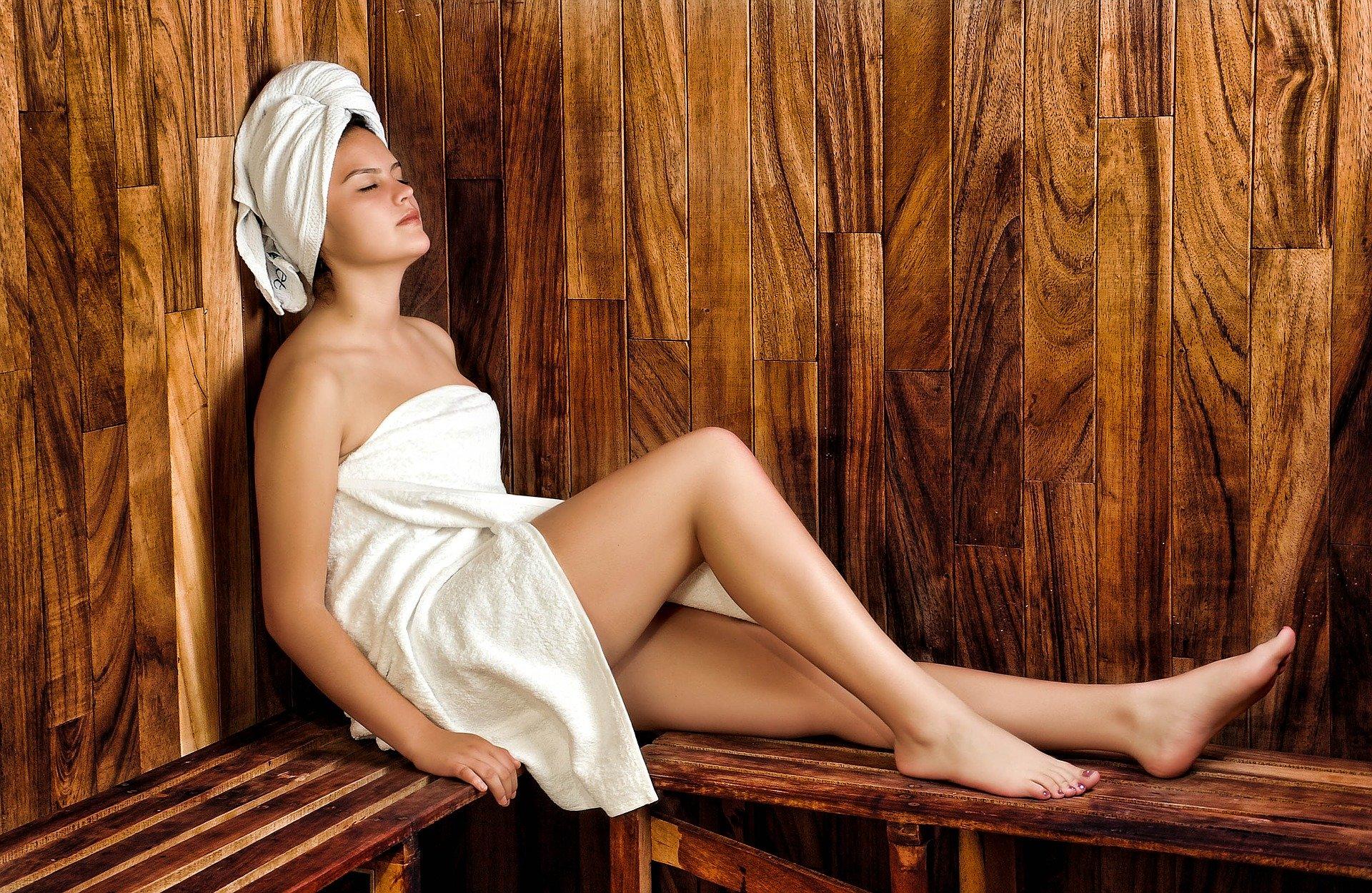 całe ciało na ręczniku