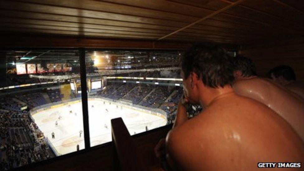 Oglądanie hokeja na lodzie w cieple stadionowej sauny w Helsinkach